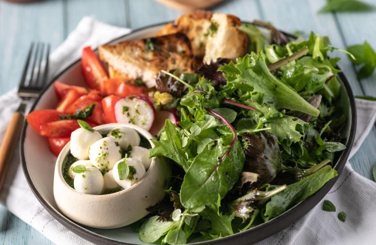 Σαλάτα Ιταλική με μοτσαρέλα, ντομάτα και βασιλικό