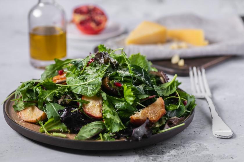 Σαλάτα Ελληνική με μήλα, ρόδι και γραβιέρα