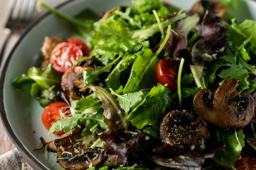 Σαλάτα Κale Mix με ψητά μανιτάρια και γραβιέρα