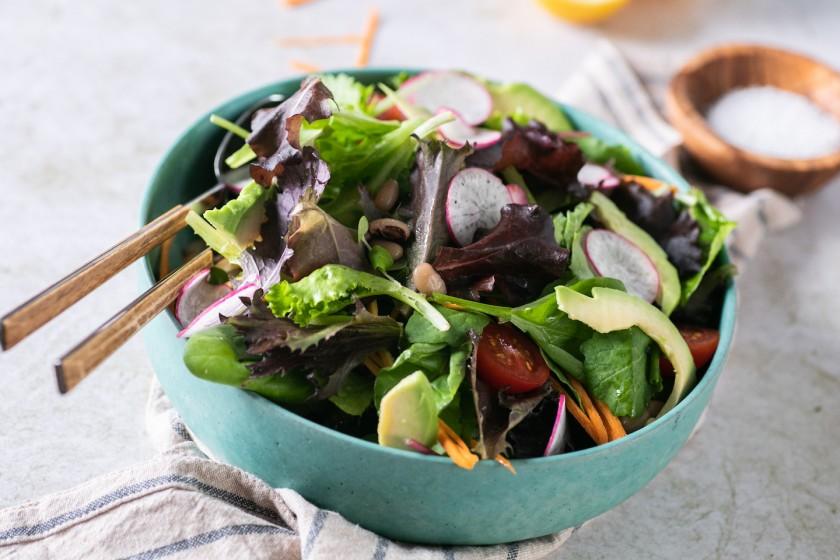 Σαλάτα Super Mix με μαυρομάτικα φασόλια και αβοκάντο