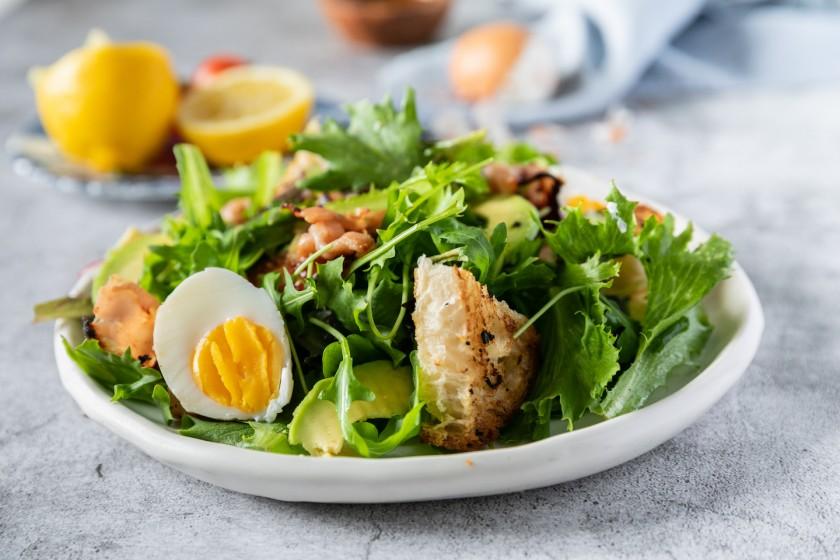 Σαλάτα Τραγανή με αβγά, μπέικον και αβοκάντο
