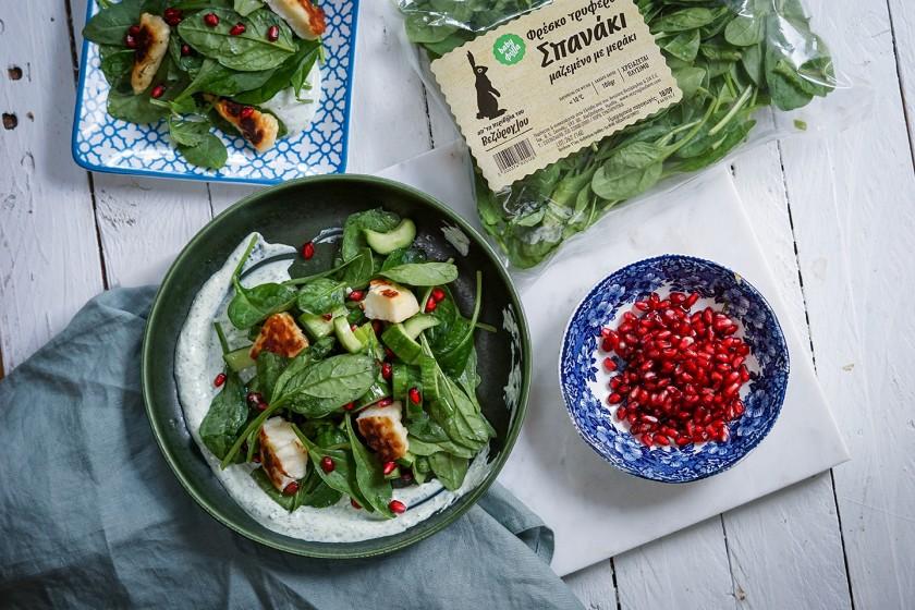 Σαλάτα με baby φύλλα σπανάκι, χαλούμι και σπόρους ροδιού