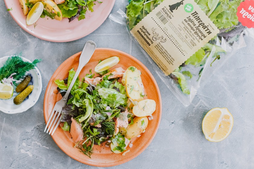 Σαλάτα με ψητό σολομό, μικρές πατάτες και αγγουράκι τουρσί πιπεράτη