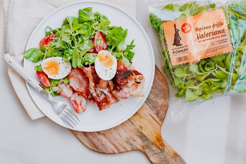 Σαλάτα βαλεριάνα με τραγανό μπέικον, αβγά 6,5' και βινεγκρέτ με μουστάρδα Θεσσαλονίκης