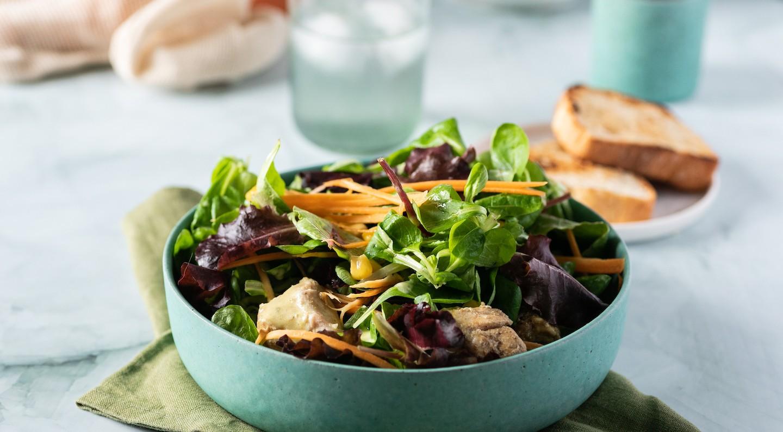 Σαλάτα Valeriana Mix με κοτόπουλο κάρι, καλαμπόκι και σάλτσα γιαουρτιού