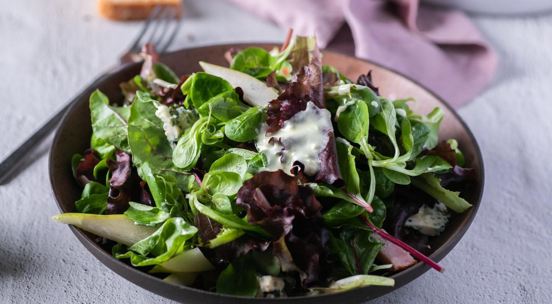Σαλάτα Valeriana Mix με αχλάδι, απάκι και  κρέμα μπλε τυριού
